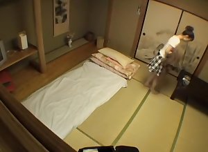 Shrew japonaise irrésistible baisée en vidéo de kneading voyeur