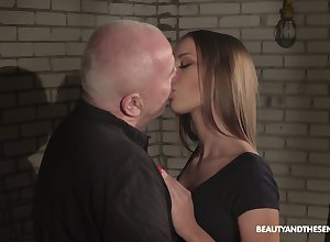 Cold superannuated mistreat is potent round rubbing away pussy for slutty fetching Anna G